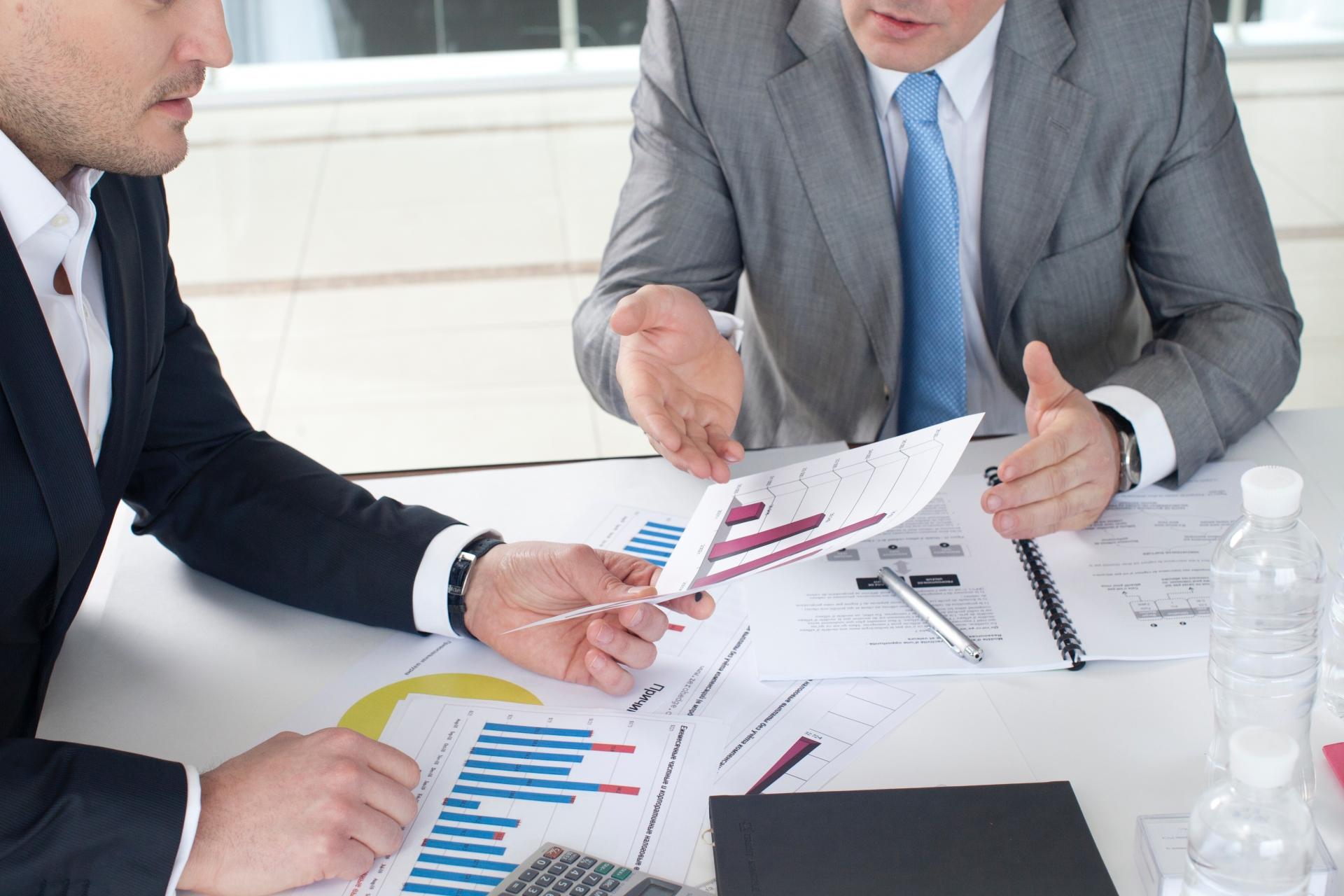 businessman-discussion-graph-data-1