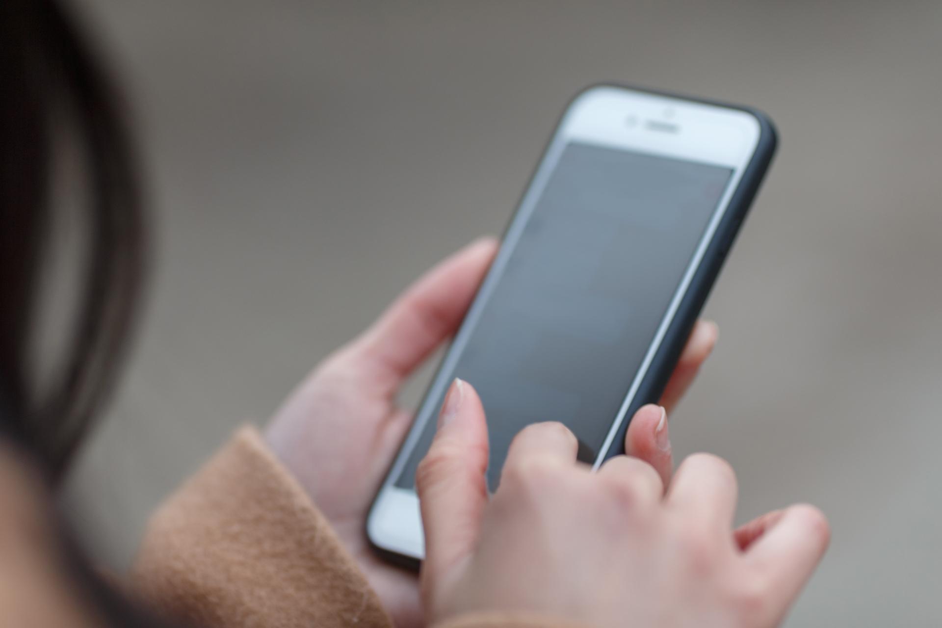 woman-plays-smartphone-1
