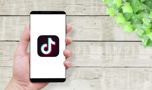 man-holding-smartphone-screen-tiktok-icon-1