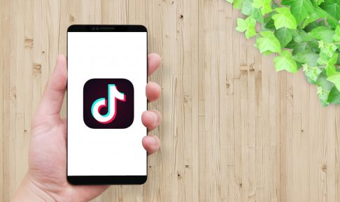 man-holding-smartphone-screen-tiktok-icon-2