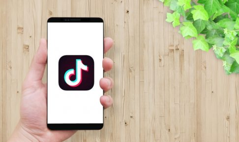 man-holding-smartphone-screen-tiktok-icon-3